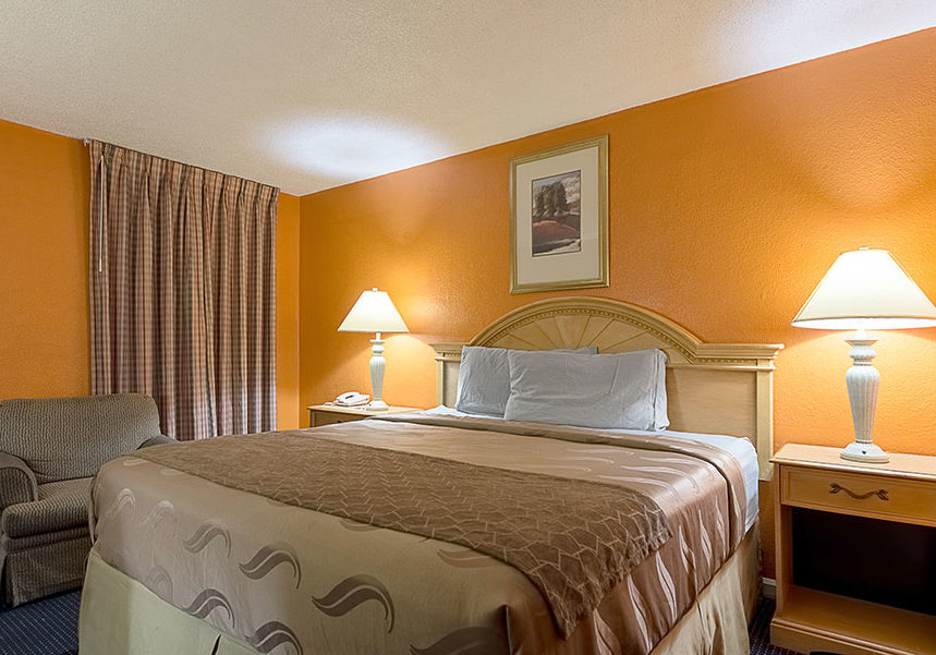 one queen bed room at Rodeway Inn Paris